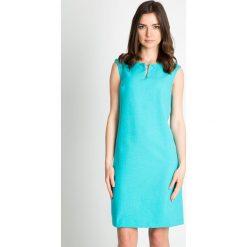 Turkusowa sukienka bez rękawów QUIOSQUE. Niebieskie sukienki balowe marki QUIOSQUE, na spotkanie biznesowe, dekolt w kształcie v, bez rękawów, dopasowane. W wyprzedaży za 119,99 zł.