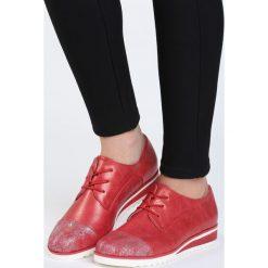 Czerwone Półbuty Onariat. Czerwone półbuty damskie sznurowane marki Born2be, z okrągłym noskiem, na płaskiej podeszwie. Za 69,99 zł.