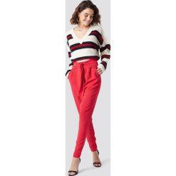 NA-KD Eleganckie spodnie z wiązaniem - Red. Czerwone spodnie z wysokim stanem NA-KD, z poliesteru. Za 161,95 zł.