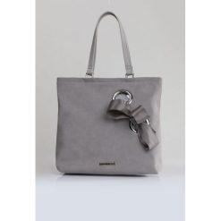 Torba z wiązaną kokardą. Szare torebki klasyczne damskie Monnari, z aplikacjami, ze skóry, małe, z aplikacjami. Za 103,60 zł.