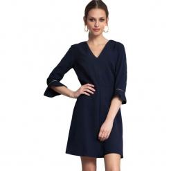 Sukienka w kolorze granatowym. Niebieskie sukienki na komunię marki Almatrichi, s, z dekoltem na plecach, midi, proste. W wyprzedaży za 189,95 zł.
