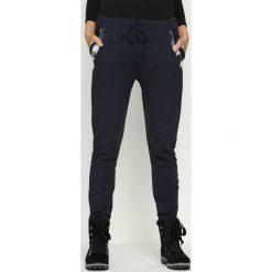 Granatowe Spodnie Dresowe Goldroom. Niebieskie spodnie dresowe damskie Born2be, m, z dresówki. Za 69,99 zł.