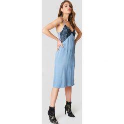 NA-KD Sukienka bieliźniana midi z koronką - Blue. Niebieskie sukienki koronkowe marki NA-KD, w koronkowe wzory, midi. W wyprzedaży za 60,89 zł.