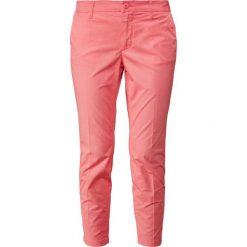CLOSED JACK Chinosy strawberry pink. Czerwone chinosy damskie CLOSED, z bawełny. W wyprzedaży za 503,20 zł.