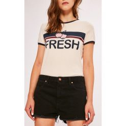 Wrangler - Szorty. Szare szorty jeansowe damskie Wrangler, casualowe, z podwyższonym stanem. Za 239,90 zł.
