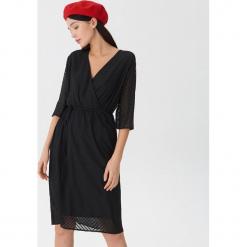 Sukienka z kopertowym dekoltem - Czarny. Czarne sukienki z falbanami House, l, z kopertowym dekoltem, kopertowe. Za 99,99 zł.