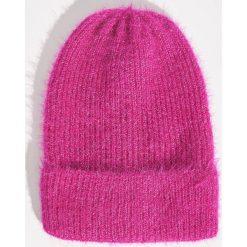 Puszysta czapka - Różowy. Czerwone czapki zimowe damskie marki Sinsay. Za 19,99 zł.