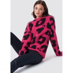 Rut&Circle Sweter Leopard - Pink. Różowe swetry klasyczne damskie Rut&Circle, z materiału, z okrągłym kołnierzem. Za 202,95 zł.
