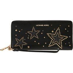 MICHAEL Michael Kors TRAVEL CONTINENTAL Portfel black. Czarne portfele damskie marki MICHAEL Michael Kors. W wyprzedaży za 594,30 zł.