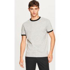 T-shirt z kontrastową lamówką - Jasny szar. Szare t-shirty męskie Reserved, l, z kontrastowym kołnierzykiem. Za 29,99 zł.