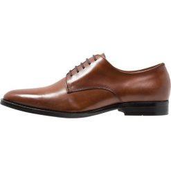 Steve Madden PACER Eleganckie buty tan. Brązowe buty wizytowe męskie marki Steve Madden, z materiału, na sznurówki. Za 509,00 zł.