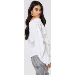 NA-KD Koszula odsłaniająca ramiona - White. Białe koszule wiązane damskie marki NA-KD, z poliesteru, z długim rękawem. Za 121,95 zł.