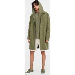 Płaszcz z bawełny organicznej. Szare parki męskie marki Pull & Bear, okrągłe. Za 89,90 zł.