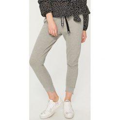 Spodnie dresowe damskie: Dresowe spodnie mickey mouse – Jasny szar