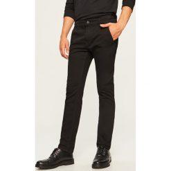 Jeansy chino slim fit - Czarny. Czarne jeansy męskie relaxed fit Reserved. Za 89,99 zł.