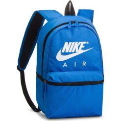 Plecak NIKE - BA5777 403. Niebieskie plecaki męskie Nike, z materiału, sportowe. Za 119,00 zł.