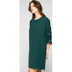 Answear - Sukienka. Szare sukienki dzianinowe marki ANSWEAR, na co dzień, l, casualowe, z okrągłym kołnierzem, mini, proste. W wyprzedaży za 79,90 zł.