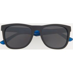 Okulary przeciwsłoneczne - Szary. Szare okulary przeciwsłoneczne męskie wayfarery Reserved. Za 49,99 zł.
