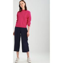 Swetry klasyczne damskie: Karen Millen EYELET CABLE JUMPER Sweter pink