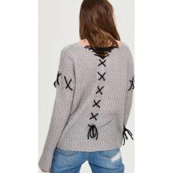 Swetry oversize damskie: Sweter oversize z dekoltem na plecach – Jasny szar