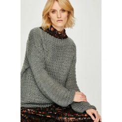 Silvian Heach - Sweter. Szare swetry klasyczne damskie marki Silvian Heach, l, z dzianiny, z włoskim kołnierzykiem. W wyprzedaży za 269,90 zł.