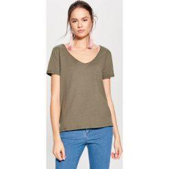 Bawełniana koszulka z dekoltem w szpic - Zielony. Zielone t-shirty damskie marki Mohito, l, z bawełny. Za 19,99 zł.