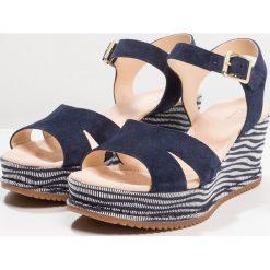 Clarks AKILAH EDEN Sandały na platformie navy. Niebieskie sandały damskie Clarks, z materiału, na koturnie. Za 389,00 zł.