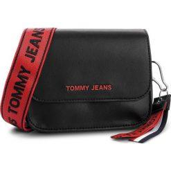 Torebka TOMMY JEANS - Tj Fem Boxy Crossove AW0AW06034 002. Czarne listonoszki damskie marki Tommy Jeans, z jeansu. Za 549,00 zł.