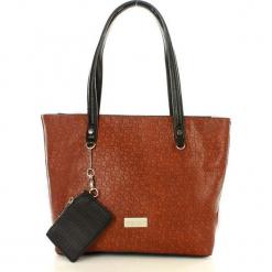 MONNARI Casualowa torebka na ramię camel. Brązowe torebki klasyczne damskie Monnari, ze skóry, zdobione, z breloczkiem. Za 159,00 zł.