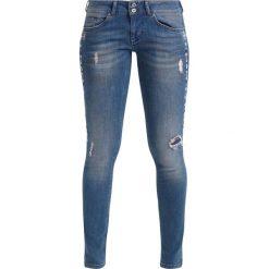Mustang GINA SKINNY Jeans Skinny Fit medium bleach. Niebieskie jeansy damskie marki Mustang, z aplikacjami, z bawełny. Za 389,00 zł.