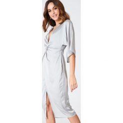 Sukienki hiszpanki: Hannalicious x NA-KD Satynowa sukienka kimono z rozcięciem – Silver