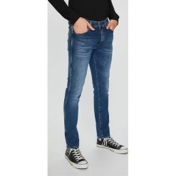 Wrangler - Jeansy Larston. Niebieskie jeansy męskie slim Wrangler. Za 369,90 zł.