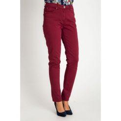 Proste bordowe spodnie z regularnym stanem QUIOSQUE. Czerwone spodnie z wysokim stanem QUIOSQUE, w paski, z bawełny. W wyprzedaży za 79,99 zł.