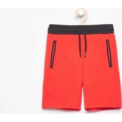 Krótkie spodenki dresowe - Czerwony. Czerwone dresy chłopięce Reserved, z dresówki. W wyprzedaży za 29,99 zł.