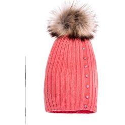 Czapki zimowe damskie: Koralowa czapka z pomponem i perełkami QUIOSQUE