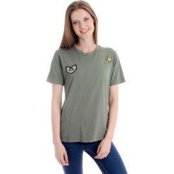 Bluzka - t-shirt - 144-16105 MIL. Zielone bluzki z odkrytymi ramionami Unisono, uniwersalny, z aplikacjami, z bawełny, klasyczne, z klasycznym kołnierzykiem, z krótkim rękawem. Za 45,00 zł.