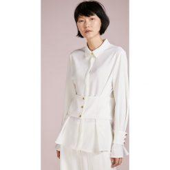 DESIGNERS REMIX MATTIE WAIST Bluzka cream. Białe bluzki damskie marki DESIGNERS REMIX, z elastanu, polo. W wyprzedaży za 449,50 zł.