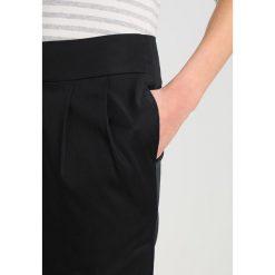 Spódniczki ołówkowe: And Less CHARLOTTIA  Spódnica ołówkowa  caviar