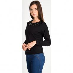 Czarny sweter z perełkami na dekolcie QUIOSQUE. Czarne swetry klasyczne damskie marki QUIOSQUE, z tkaniny, z klasycznym kołnierzykiem. W wyprzedaży za 89,99 zł.