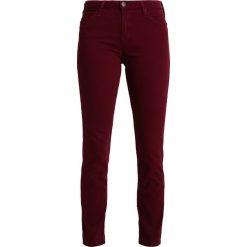 Lee ELLY Jeans Skinny Fit port royale. Czerwone rurki damskie Lee. W wyprzedaży za 191,40 zł.