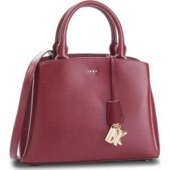 Torebka DKNY - Paige Md Satchel R81D3327 Blood Red XOD. Czerwone torebki klasyczne damskie marki Reserved, duże. Za 1199,00 zł.