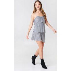 Boohoo Plisowana sukienka z wiązaniem - Grey. Czarne sukienki z falbanami marki Boohoo, l, z poliesteru. W wyprzedaży za 24,29 zł.