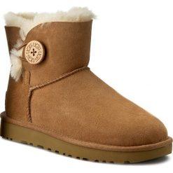 Buty UGG - W Mini Bailey Button II 1016422 W/Che. Brązowe buty zimowe damskie Ugg, ze skóry, na niskim obcasie. Za 849,00 zł.