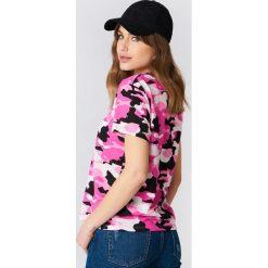 NA-KD Koszulka Army z dekoltem w kształcie litery V - Pink,Multicolor. Różowe t-shirty damskie NA-KD, z bawełny, dekolt w kształcie v. Za 40,95 zł.