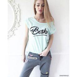 """Koszulka miętowa ,,Boska"""". Zielone bluzki z odkrytymi ramionami Pakamera, z nadrukiem, z bawełny. Za 63,00 zł."""