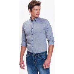 KOSZULA MĘSKA TYPU OXFORD Z NADRUKIEM O DOPASOWANYM KROJU. Szare koszule męskie marki Top Secret, m, z klasycznym kołnierzykiem, z długim rękawem. Za 64,99 zł.
