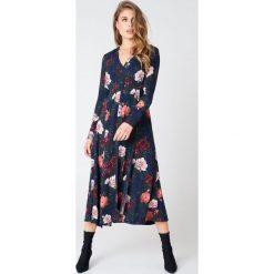 NA-KD Boho Sukienka maxi zapinana na guziki - Multicolor,Navy. Niebieskie długie sukienki marki NA-KD Boho, na imprezę, w koronkowe wzory, z koronki, boho, na ramiączkach. W wyprzedaży za 170,07 zł.