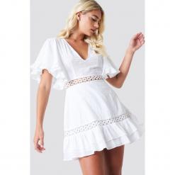 Linn Ahlborg x NA-KD Sukienka z szerokim rękawem - White. Białe sukienki Linn Ahlborg x NA-KD, z haftami, dekolt w kształcie v. W wyprzedaży za 60,89 zł.
