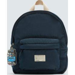 Granatowy plecak z brelokiem. Zielone plecaki damskie Pull&Bear. Za 89,90 zł.