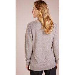 Johnstons Cashmere SUPERFINE WIDE VEE NECK BOYFRIEND Sweter light fawn. Brązowe swetry klasyczne damskie Johnstons Cashmere, l, z jedwabiu. W wyprzedaży za 989,45 zł.